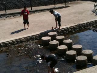 井手町玉川で遊ぶ子どもたち